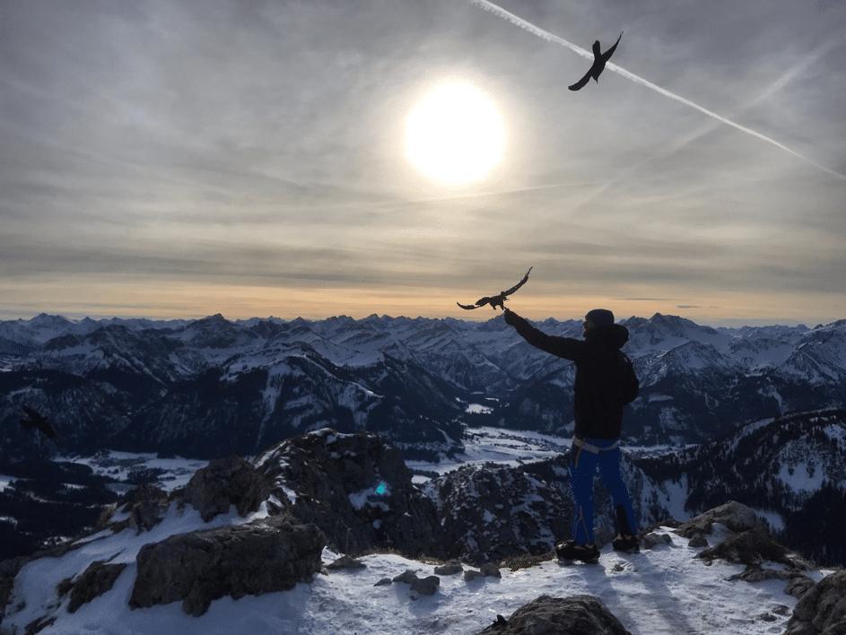 GipfelApfelMoment auf dem Gipfel des Aggensteins